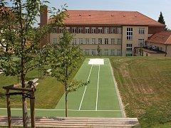 Fotbal, volejbal i badminton si mohou zahrát zájemci na multifunkčním hřišti za Cyrilometodějským gymnáziem v Lerchově ulici. Nově opravené sportoviště již provozovatelé otevřeli i pro veřejnost.