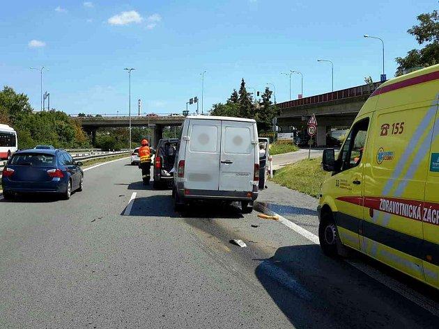 Dvě dodávky se srazily vpátek po jedné hodině odpoledne vbrněnské Ostravské ulici. Zranili se při ní čtyři lidé.