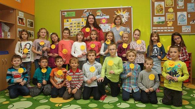 ZŠ Pozořice. Na fotografii třída 1.A s třídní učitelkou Evou Trněnou a asistentkou Martinou Kolmanovou.