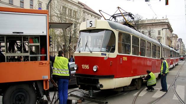 Vykolejená tramvaj na Komenského náměstí.