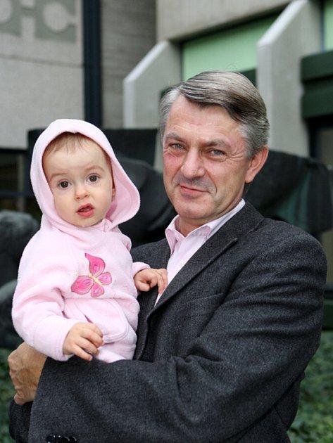 Petr Duchoň s vnučkou Annou.