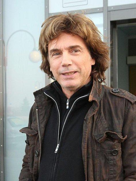 Francouzský skladatel a jeden z průkopníků elektronické hudby Jean Michel Jarre.