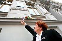 Skleněnou desku na památku sto čtyřicátého pátého výročí narození architekta Dušana Samo Jurkoviče odhalili dnes zástupci ženského spolku Vesna, Moravské galerie v Brně a města Brna.