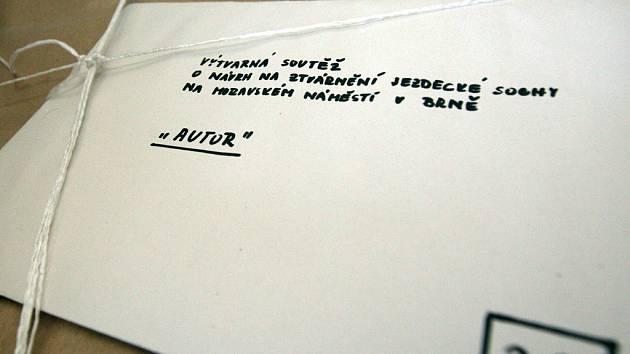 V této krabici je zabalený jeden z padesáti návrhů na sochu Jošta Moravského, který by měl stát na Moravském náměstí v Brně.