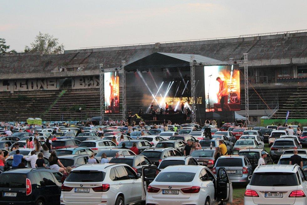 Loni si lidé poslechli koncert kapely Mirai na stadionu Za Lužánkami.