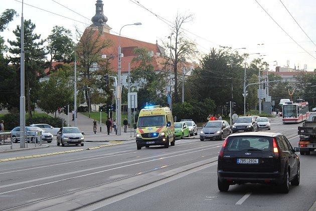 Srážka auta a cyklisty na křižovatce ulic Koliště a Milady Horákové vBrně.