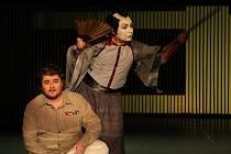 Scénu k inscenaci Madama Butterfly navrhl Daniel Dvořák.