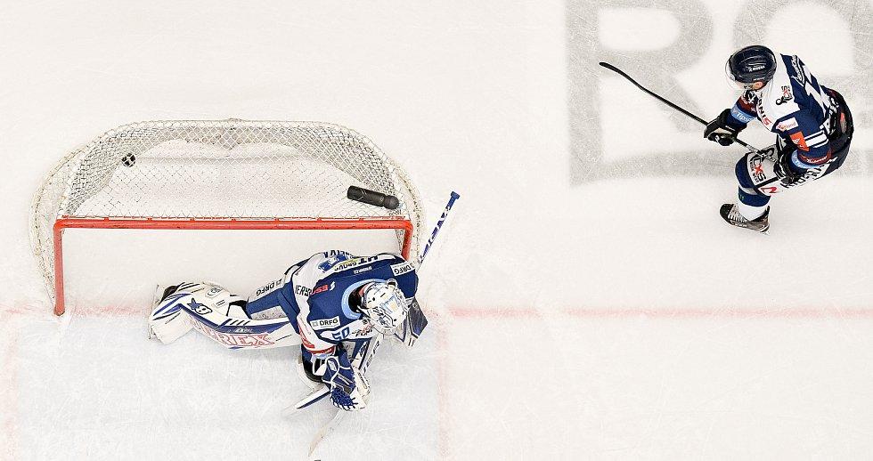 Utkání předkola play off hokejové extraligy - 5. zápas: HC Vítkovice Ridera - HC Kometa Brno, 16. března 2021 v Ostravě. (zleva )brankář Brna Karel Vejmelka a Petr Fridrich z Vítkovic.