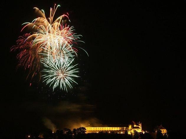 První nesoutěžní ohňostroj festivalu Ignis Brunensis připravila česká skupina Theatrum Pyroboli.