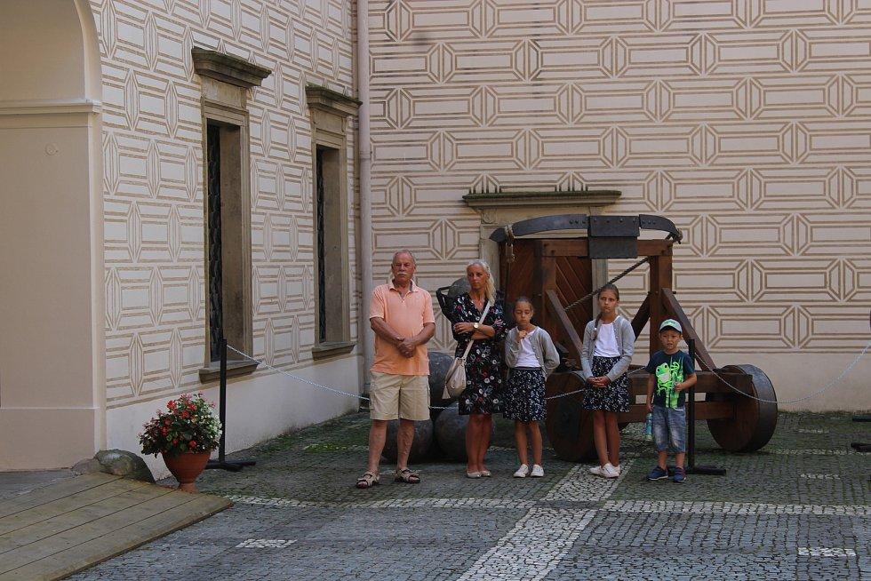 Zámecké gajdování při Gajdefestu na nádvoří zámku v Rosicích.