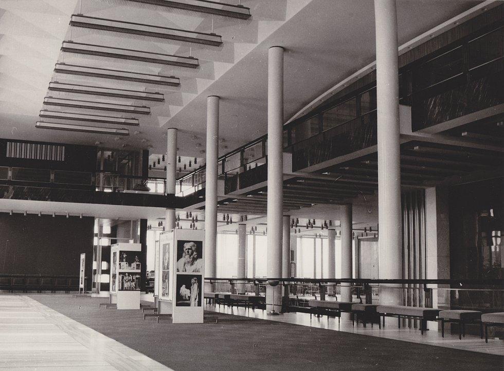Foyer Janáčkova divadla v 60. letech 20. století.
