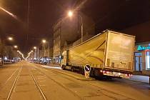 Po nebezpečné jízdě se cizinec s návěsem kamionu zasekl o nástupní ostrůvek na Palackého třídě v brněnském Králově Poli.