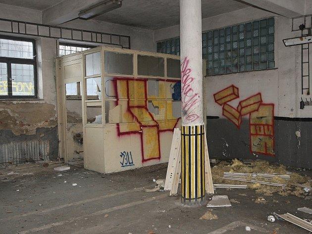 Zpustlý areál bývalých armádních autodílen v Brně na Kraví hoře.
