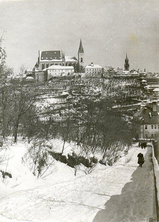 Chrám sv. Mikuláše Znojmo. Pohled ze silnice z Kraví hory, zachycena ulice Napajedla a Karolininy sady (1952).