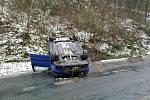 Mladý řidič převrátil auto na střechu. Po nehodě byl v šoku