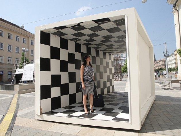 Jedna z brněnských soch akce Brno art Open - Šachovnice osudu složená z rovnoměrných polí.