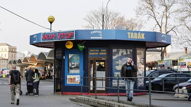 Dluhy za pronájem prostor okolo trafiky na starém autobusovém nádraží u brněnského hotelu Grand řešil krajský soud. Rozhodl, že podnikatel musí zaplatit sta tisíce.