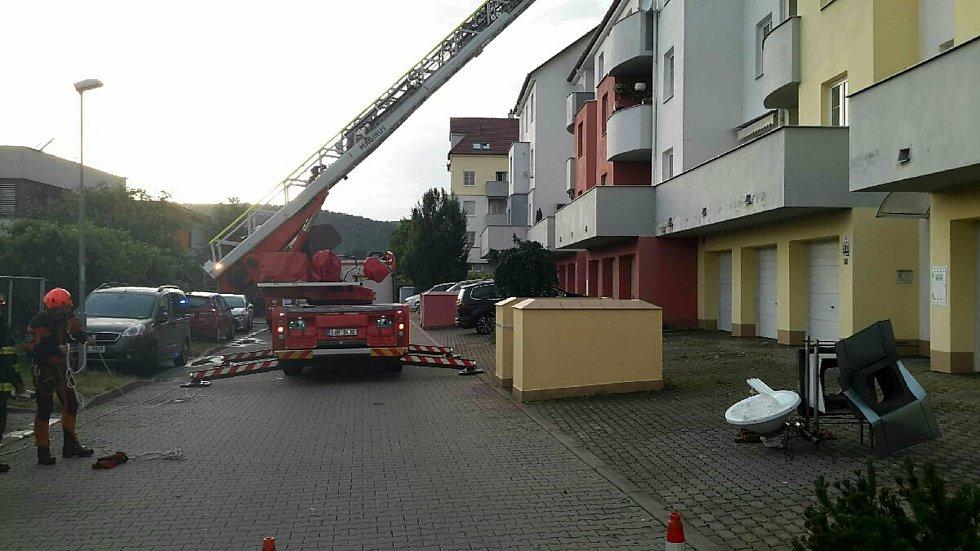 Hasiči vyjížděli na jižní Moravě v pondělí ke zhruba 270 výjezdům. Pomáhali likvidovat škody po bouřkách.