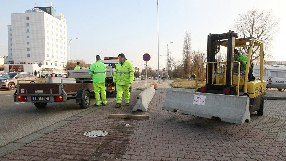 Odstraňování betonových bloků v brněnské ulici Sportovní.