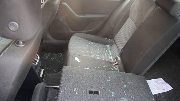 Neznámý zloděj se vloupal do auta ve čtvrtek v brněnské ulici Koliště. Majitel přišel o víc než pět milionů korun.