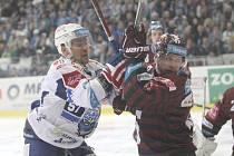 Ani čtyřicetiletý kapitán pražské Sparty Jaroslav Hlinka nedokázal odvrátit sobotní porážku 1:4 na ledě brněnské Komety.