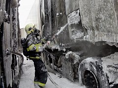 Ohněm vzplály natěsno vedle sebe zaparkované kamiony v Řípské ulici v brněnské Slatině. Okolo půl deváté ráno v neděli na místě muselo zasáhnout osm hasičských jednotek.
