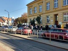 Zastávka Dělnický dům, kam jsou odkloněny autobusy ze Zábrdovického mostu.