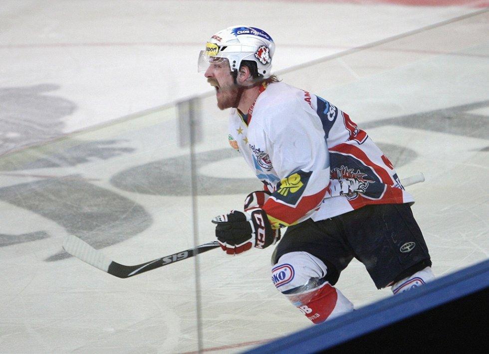 Kometě se nepodařilo porazit Pardubice. Týmu se nedařilo v závěrečných nájezdech. Na snímku Koukal.