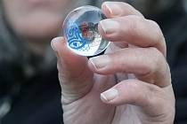Celkem 351 kuliček ze speciální vánoční edice vypadne z brněnského orloje na náměstí Svobody.