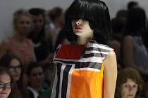 Z běžného života i z originálních uměleckých děl vycházela Liběna Rochová, když navrhovala kolekci šatů, které modelky představily v pondělí večer v brněnské Fait Gallery u nákupního centra Vaňkovka.