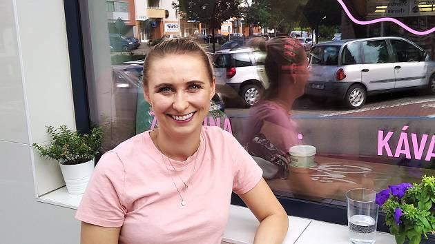 Barbora Zelinková otevřela zmrzlinárnu letos v květnu. Kromě tradičních jako pistácie, citrón či jahoda nabízí i exotické příchutě: mango a maracuja, banánový milkshake nebo třeba mák s povidky.