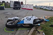 Po pondělní ranní srážce motocyklu s dodávkou v Moravanech zemřel řidič motorky.
