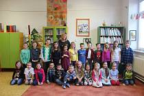 Děti ze školy v Měníně se setkávají se studenty z celého světa. Poznávají jejich tradice a zvyky