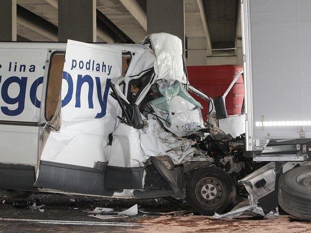 Vážná dopravní nehoda dodávky a kamionu na 194. kilometru dálnice D1 ve směru na Vyškov.