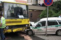 Nehoda autobusu a dvou automobilů.
