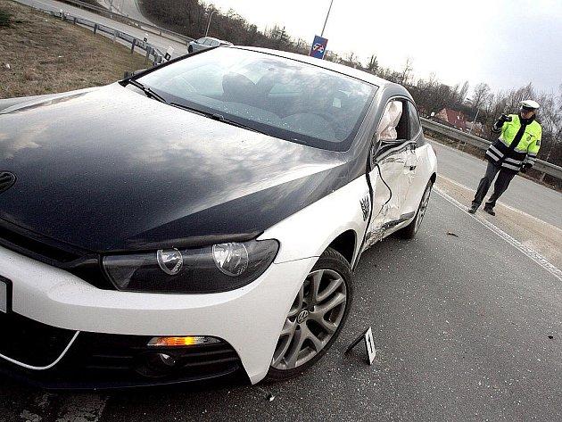 Nehoda auta v Řipské ulici v Brně.