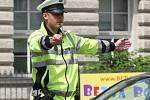 Šestnáct dopravních policistů ve středu dopoledne bojovalo o nejlepší umístění v krajském kole soutěže regulovčíků. Na brněnské křižovatce ulic Poříčí a Vídeňská řídili pět minut projíždějící auta i tramvaje pouze pomocí regulky v ruce a s píšťalkou.