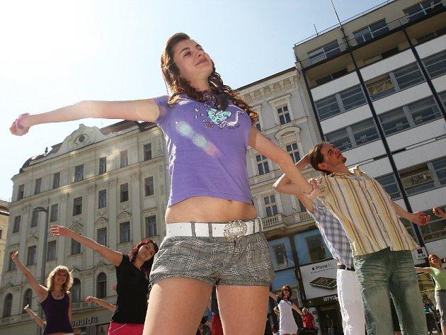 Studentská rozcvička na náměstí Svobody v Brně.