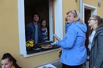 Místní nabízí domácí buchty, víno teče proudem a cimbálovka burácí ulicí. Na brněnské Kamence lidé hodují.
