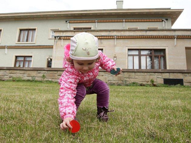 Bez deseti tisíc vajec rozdali o velikonočním pondělí ve vile Stiassni, návštěvníci si je museli ale v rozsáhlé zahradě domu postaveného podle návrhu brněnského architekta Ernsta Wiesnera najít. Pořadatelé tak navázali na někdejší tradici.