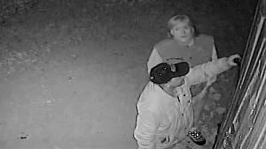 Zloději se pokoušeli vloupat do areálu přímo pod kamerou.