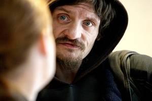 Jiří Prima ohrožuje sousedy. Muž, který před časem přinesl do jednoho z Brněnských obchodů své výkaly, stanul před soudem.