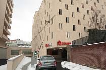 Osmipatrová budova Domini parku v brněnské Panenské ulici nabízí 361 míst pro auta.