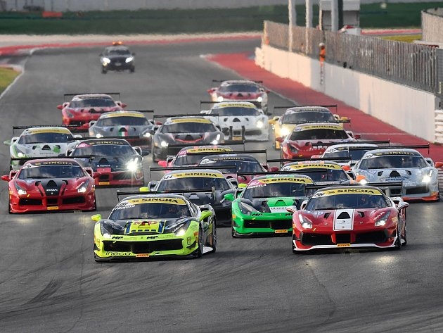 Vzpínající koníci vyrazí z boxů. Ikonické vozy Ferrari rozburácí Masarykův okruh