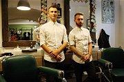 Jejich specialitou jsou vlasy a vousy. Jejich povinnou výbavou jsou nůžky a ostrá břitva. Jan Krajíček (s vousy) a Lukáš Hromádka spolu už tři roky provozují Local Barber Shop, klasické pánské holičství v centru Brna.