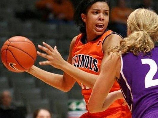Jenna Smithová (v oranžovém) ještě v dresu Univerity Illionois.