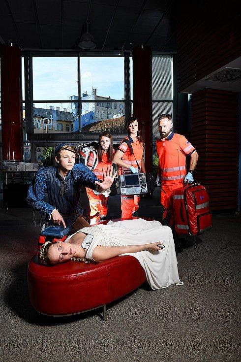 Jihomoravská záchranka pro rok 2020 nabízí nástěnný kalendář, na jehož stránkách se objevují záchranáři společně s herci a herečkami z Městského divadla Brno. Snímky pořídil fotograf Tino Kratochvil.