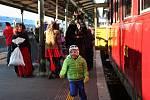 Mikulášské jízdy parním vlakem z hlavního nádraží v Brně se zúčastnily desítky rodin.
