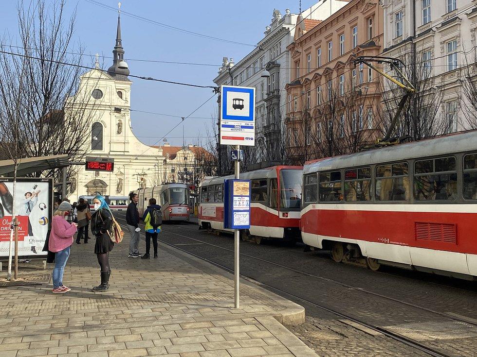 Od dnešního dne musí lidé povinně nosit respirátory nebo dvě chirurgické roušky na sobě - Ulice Česká.