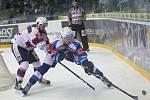 Hokejisté brněnské Komety v 47. extraligovém kole doma přetlačili Pardubice 2:1. Na snímku Zohorna Radim a Marosz (PA).